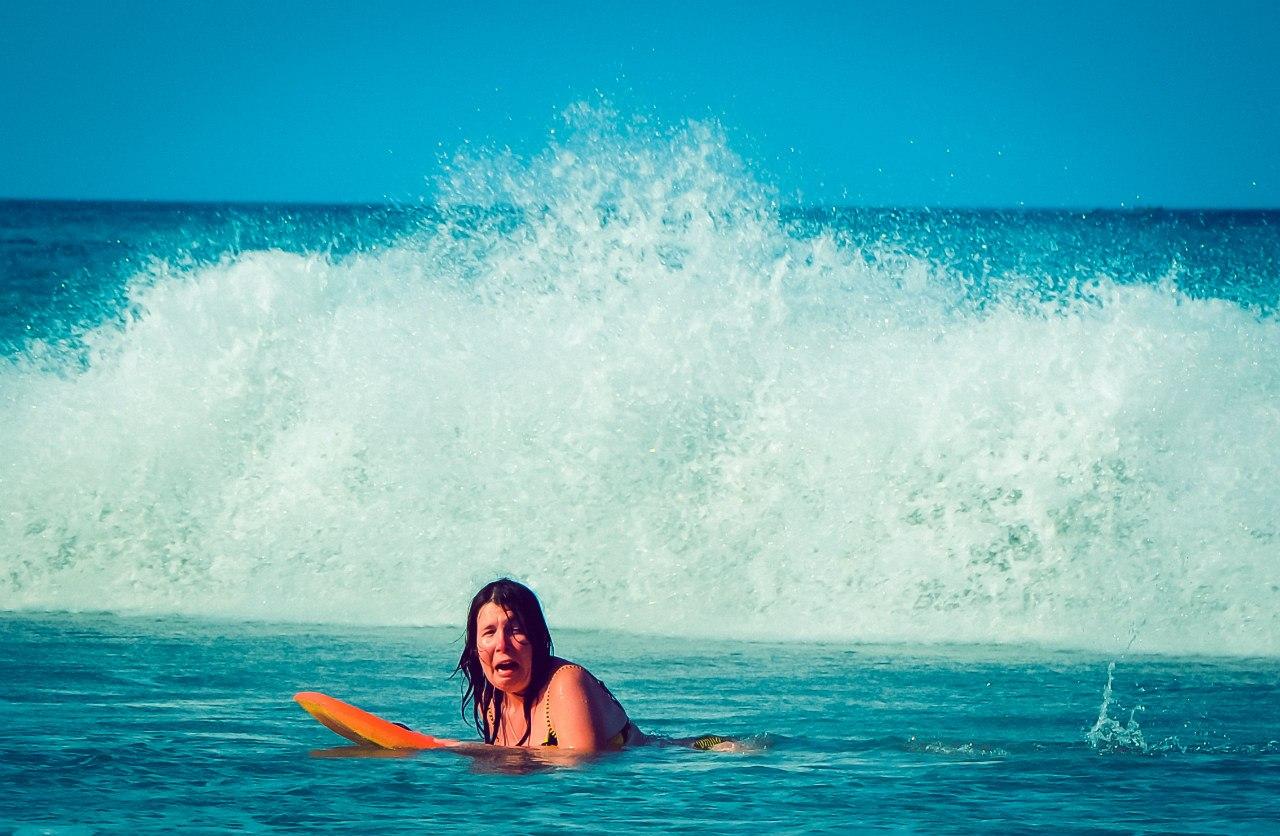 Этот кадр снял Сашка, когда я пыталась уплыть на доске от волны.