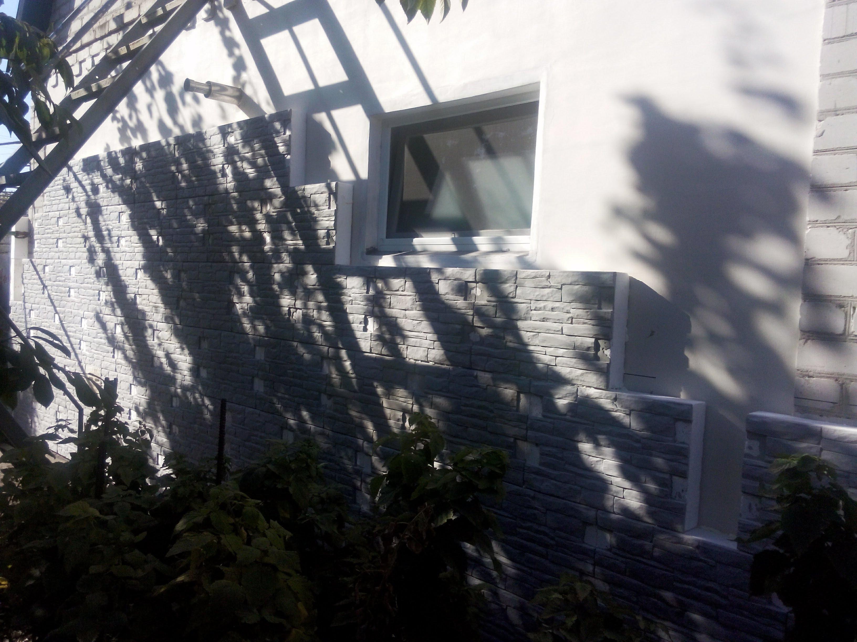 Фасад здания в процессе монтажа второго слоя утеплителя