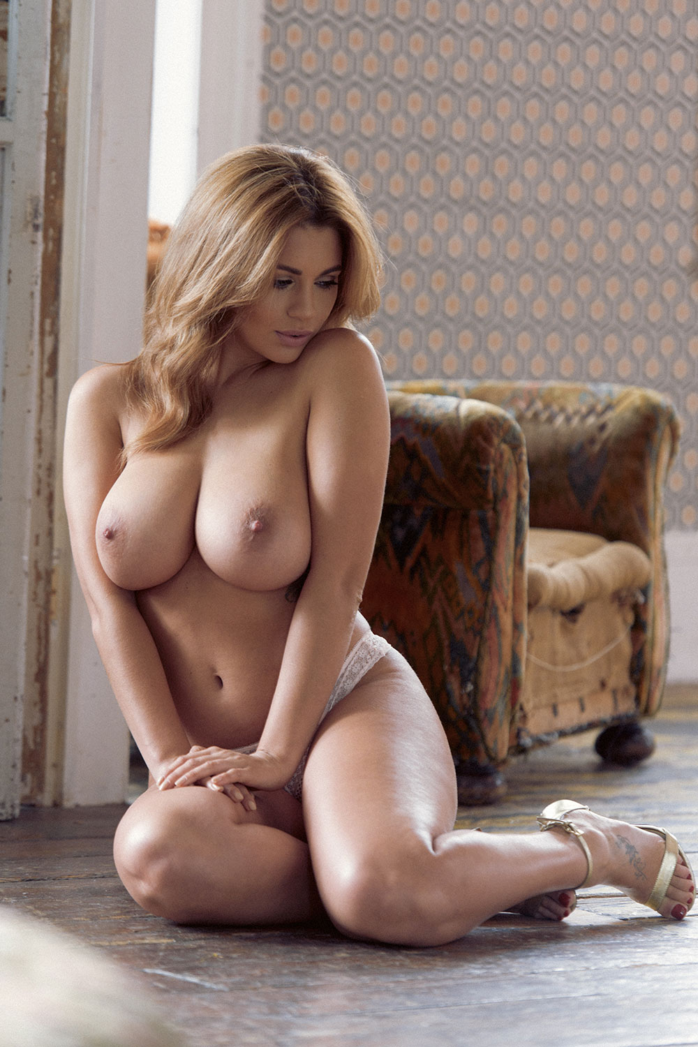Holly-Peers-Sexy-and-Topless-5