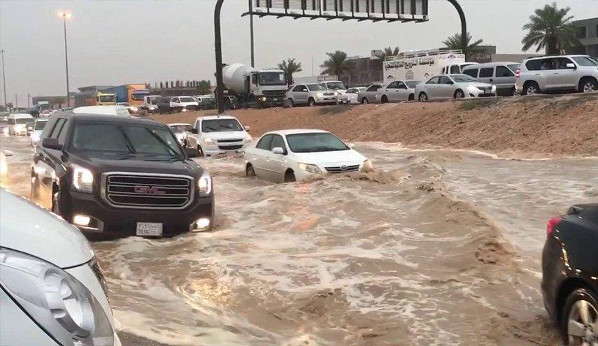 السيول تنهمر على السعودية في عز الصيف