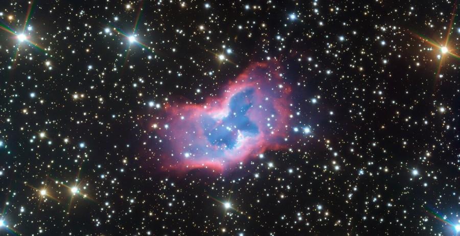 Nebulosa spaziale a forma di Crisalide si trasforma in una Farfalla