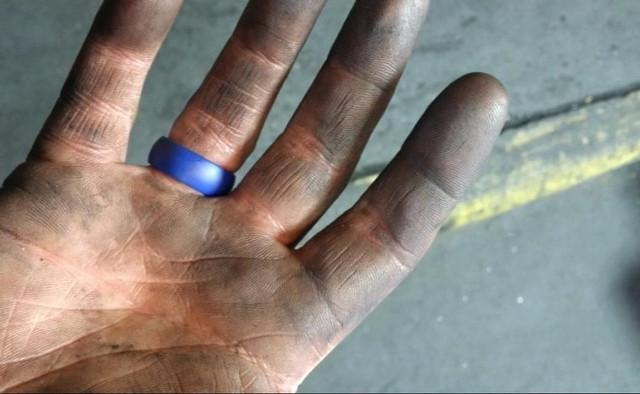 Силиконовые обручальные кольца для тех, кто не хочет терять палец