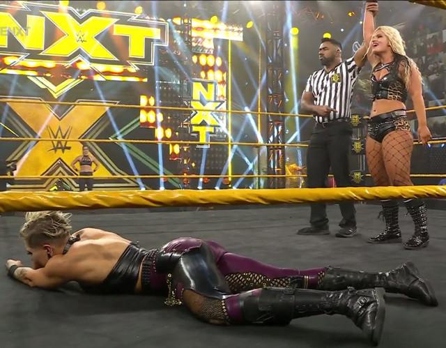 Toni Storm derrota a Rhea Ripley con ayuda de Raquel Gonzales