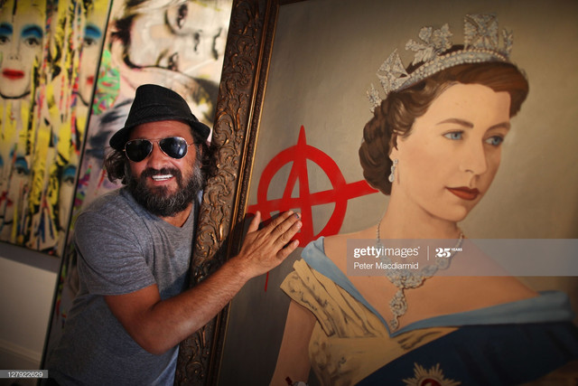 LONDON-ENGLAND-OCTOBER-03-Artist-Mr-Brainwash-stands-with-his-paintings-The-Queen-R-and-Kate-Moss-at.jpg