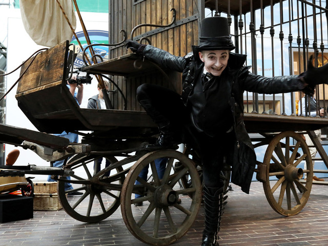 Child-Catcher-with-his-carriage-LR
