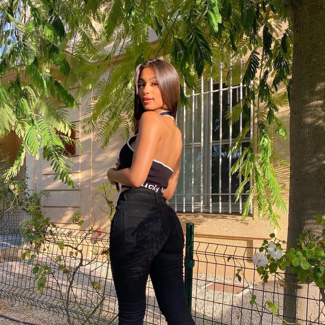 Sabrina-Khouiel-Wallpapers-Insta-Fit-Bio-2