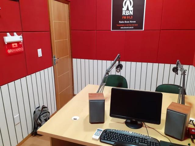 espuma-acustica-lisa-vermelha-radio.jpg