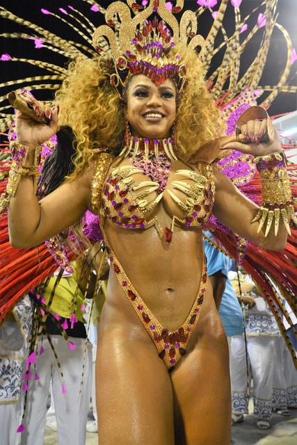Rainha-da-Bateria-Bianca-Monteiro-e-exprefeito-Eduardo-Paes-durante-o-Desfile-da-Escola-de-Samba-do-