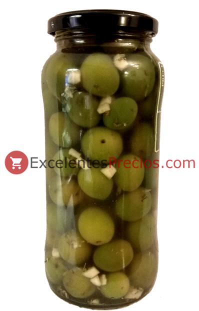 Aliñar aceitunas con ajo y especias, aceitunas verdes en bote