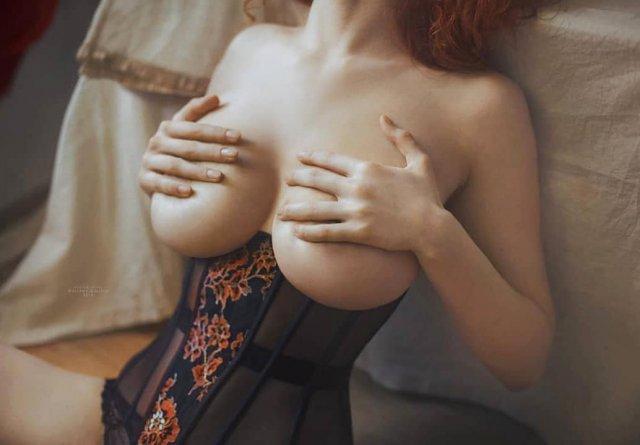 Карина Силантьева показывает грудь