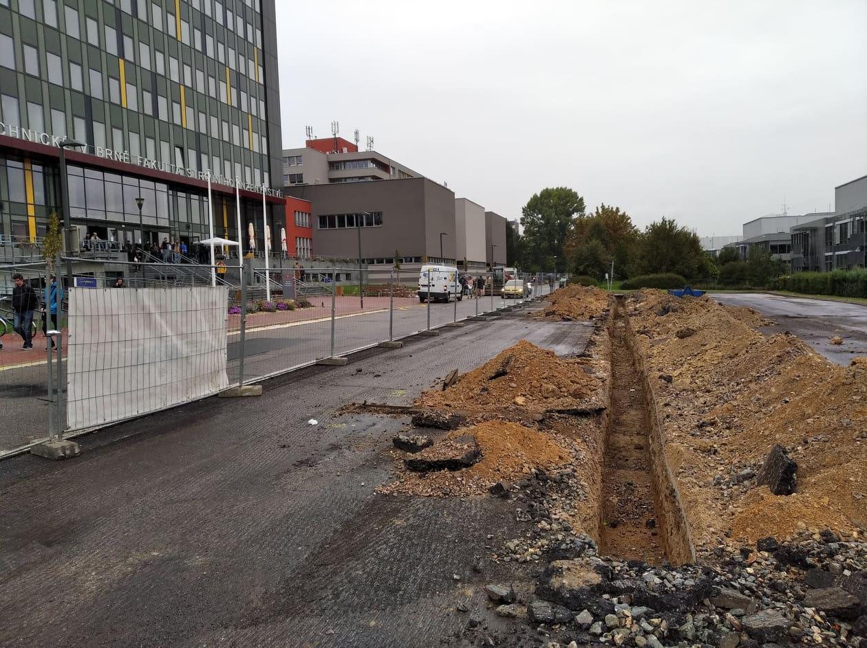 Uzavření FIS na VUT v Brně kvůli poškození vodovodní vedení nepustilo do školy studenty. Autor: Filip Brychta