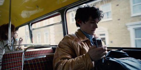 """Ejemplo de la estética ochentera en """"Black Mirror: Bandersnacth"""" durante una de las escenas iniciales"""