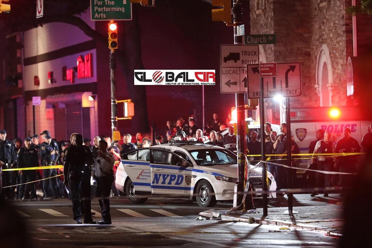 PROTESTI U NEW YORKU UPRKOS POLICIJSKOM SATU! Dva njujorška policajca ranjena vatrenim oružjem, a jedan uboden nožem u vrat tokom iznenadnog napada!