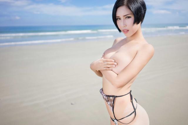 Foto Tante Semok Berbikini di Pinggir Pantai (2)