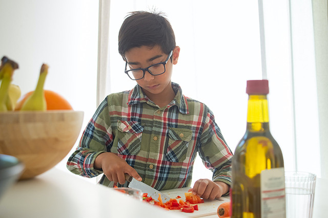 child-cutting-vegetables