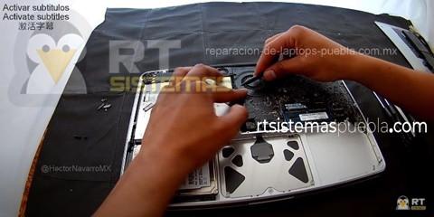 Desconectar todos los flexos: WiFi, DVD, HDD, trackpad, teclado, luz de fondo, indicador de batería, LCD, ventilador, altavoces y cámara web.