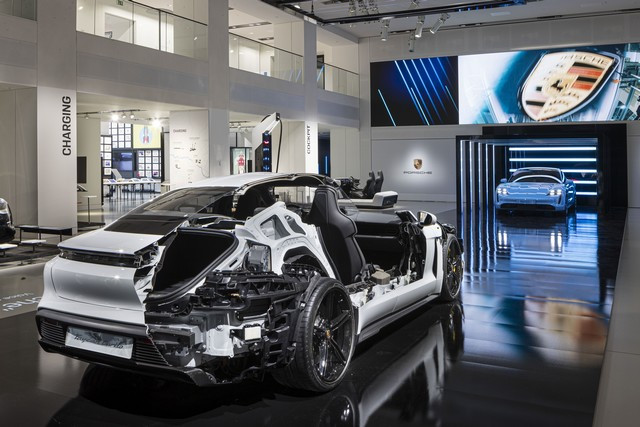 Porsche inaugure l'exposition « Porsche - Pionnier de la mobilité électrique» à Berlin  S20-3094-fine