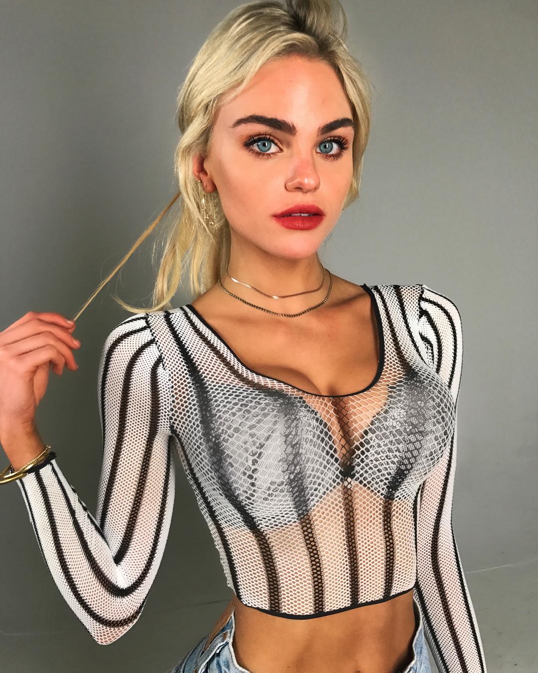 Kayla-Davies-Wallpapers-Insta-Fit-Bio-8