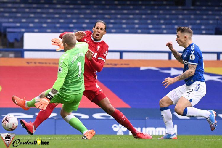 Tekel Brutal Kiper Everton, Virgil van Dijk Absen Sampai Akhir Musim?