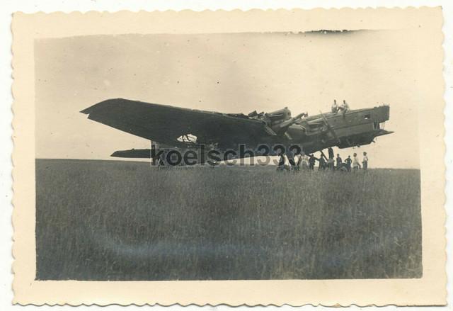 Foto-Soldaten-der-Wehrmacht-an-russischem-Tupolev-Flugzeug