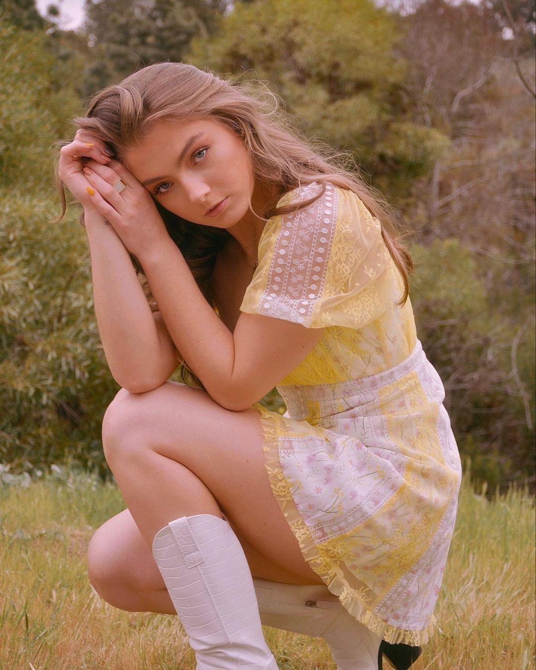 Amanda-Pavs-Wallpapers-Insta-Biography-9