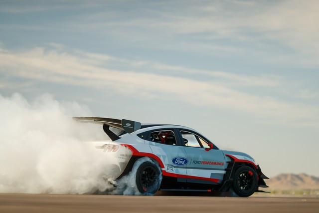 Ford Performance et RTR dévoilent un prototype 100% électrique, la Mustang Mach-E 1400, pour un nouvel art du drift Mach-E-1400-APG-selects-12