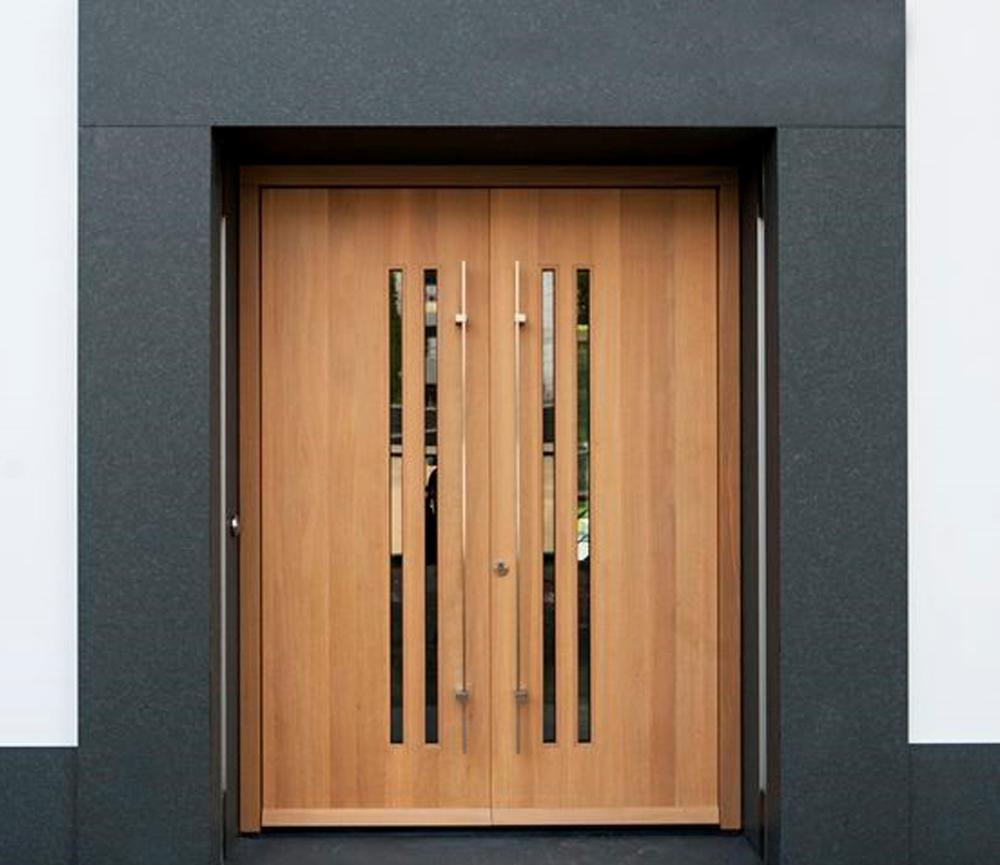 Desain Pintu dengan Tekstur yang Berbeda dari Fasad Rumah