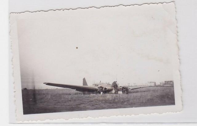 26701-Orig-Foto-2-Soldaten-in-abgeschossenem-Flugzeug