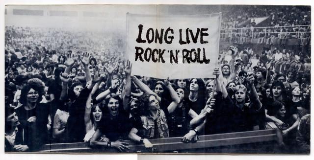 scrotos-breja-e-ressaca-copo-conteudo-8-oito-mortes-totalmente-scrotas-do-rock-n-roll-long-live-plateia-show-multidao-palco-ao-vivo-1024x523