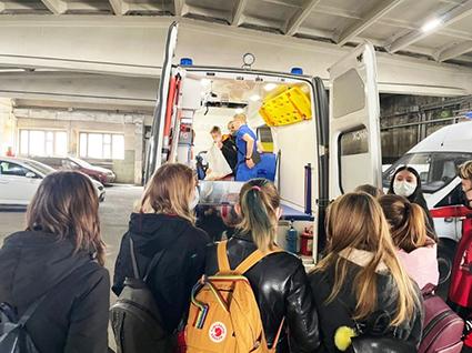 Чтобы дети лучше представляли себе работу «скорой помощи», накануне праздника для учеников школы №24 провели экскурсию