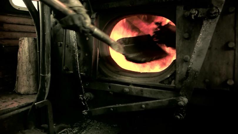 Заброс угля лопатой в шуровку