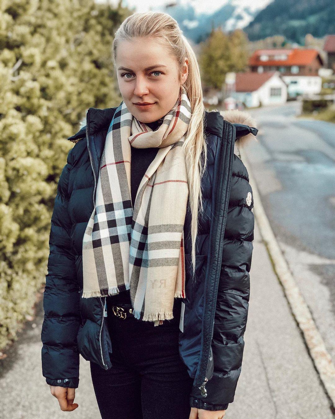 Julia-Durr-Wallpapers-Insta-Biography-10