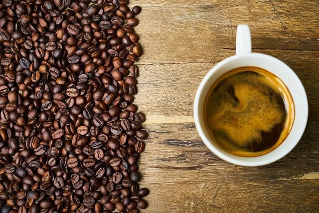 кофе зерна и чашка кофе