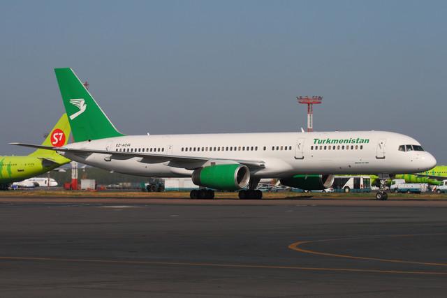 Turkmenistan-Boeing-757-at-Domodedovo-30-Jul-2010