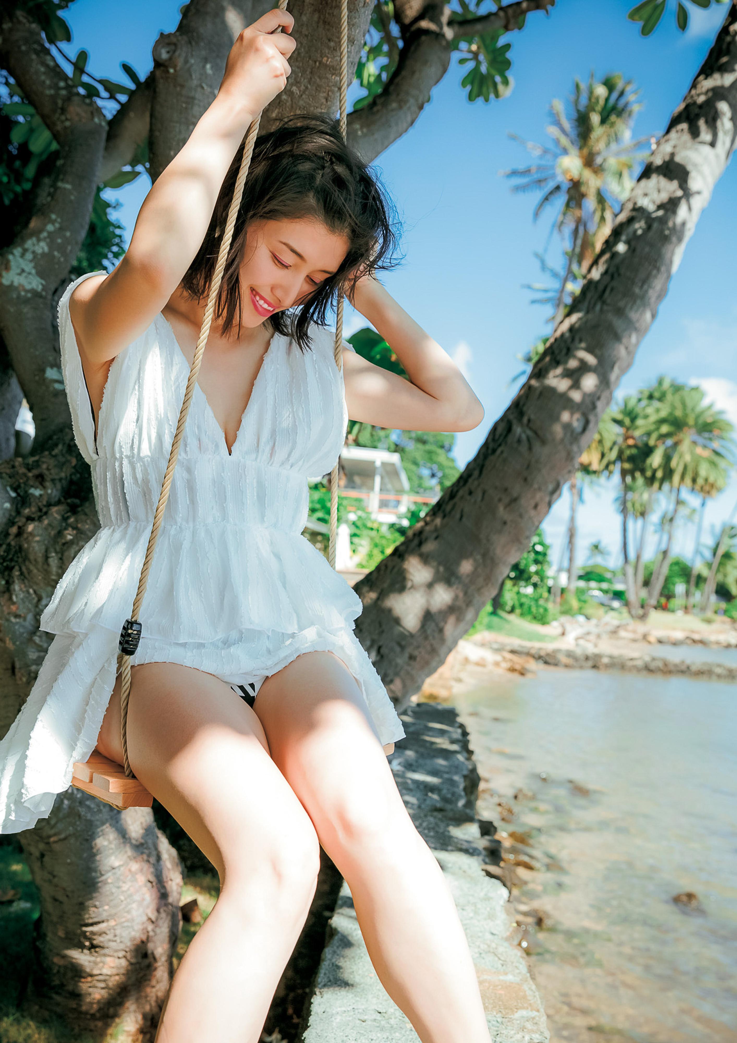 Hashimoto-Manami-db-hugging-in-Hawaii-069