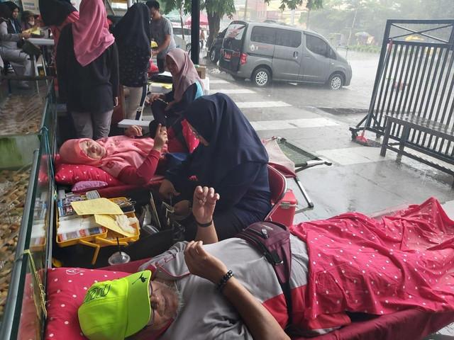 Donor Darah Di Tengah Hujan Deras