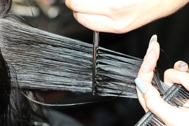 стричь волосы