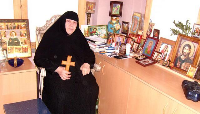 როგორ კურნავს დედა ანა უამრავ სნეულს — მონაზონი, რომელიც უტყუარ დიაგნოზს სვამს და ავადმყოფობას ლოცვით კურნავს