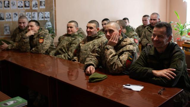 Бердичівські митці провели літературний вечір у колі артилеристів ФОТО