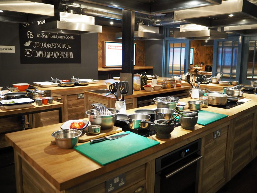 https://i.ibb.co/QkSTGbb/Jamie-Oliver-Cookery-School2-1024x768.jpg