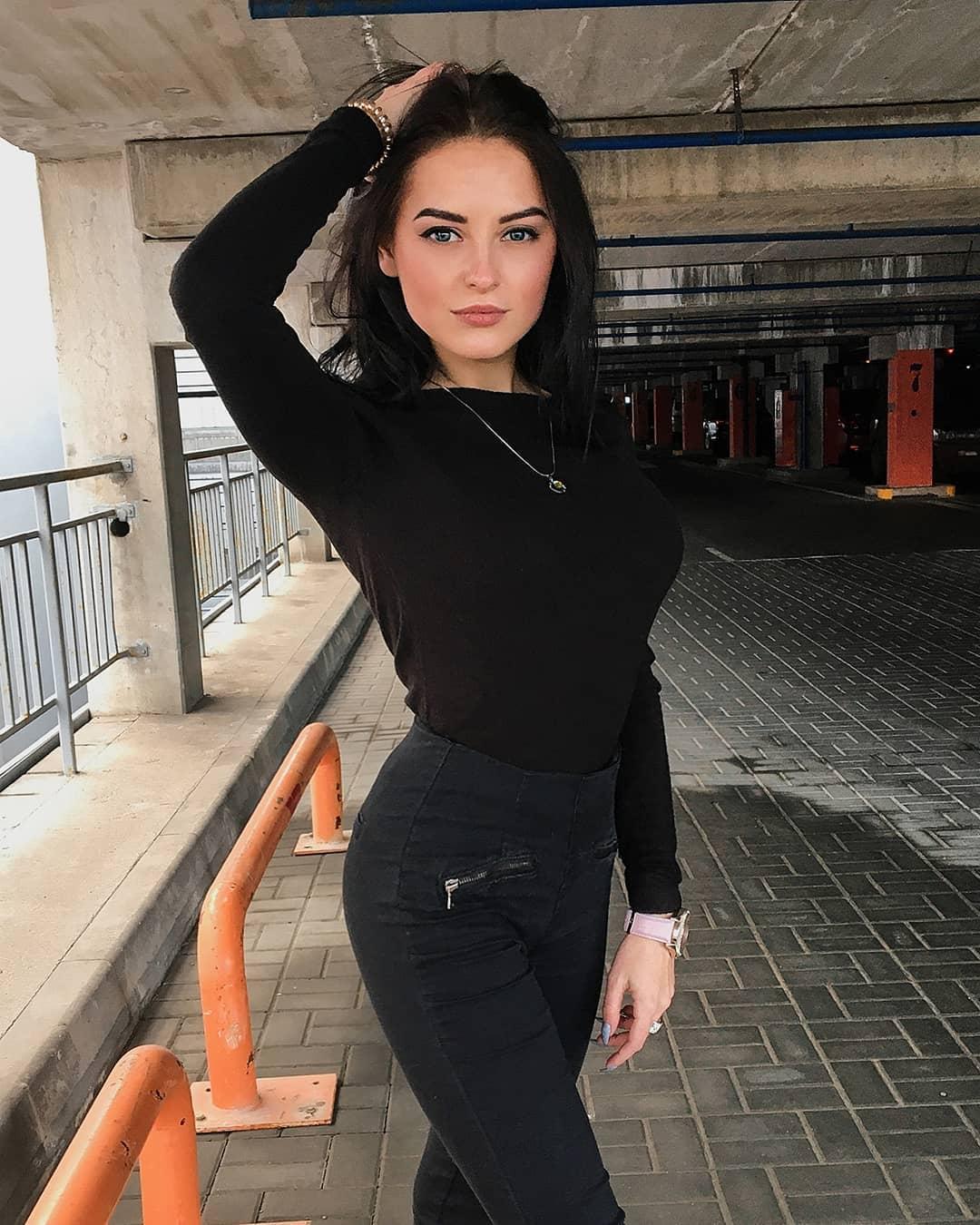 Valeria-Dukova-Wallpapers-Insta-Fit-Bio-3