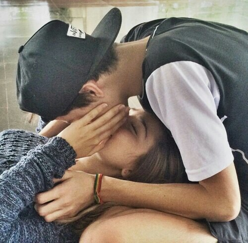 boy-girl-kiss-relationship-goals-Favim-com-3410611