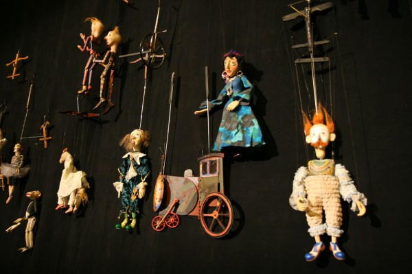 Марионетки Резо Габриадзе. Источник http://gruzinskij.ru/o-gruzii/showplaces/teatr-marionetok-rezo-gabriadze.html