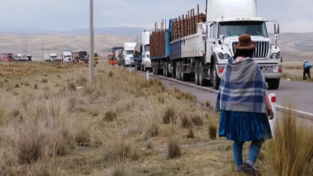Continua el bloqueo de carreteras en la cuenca Llallimayo de Puno