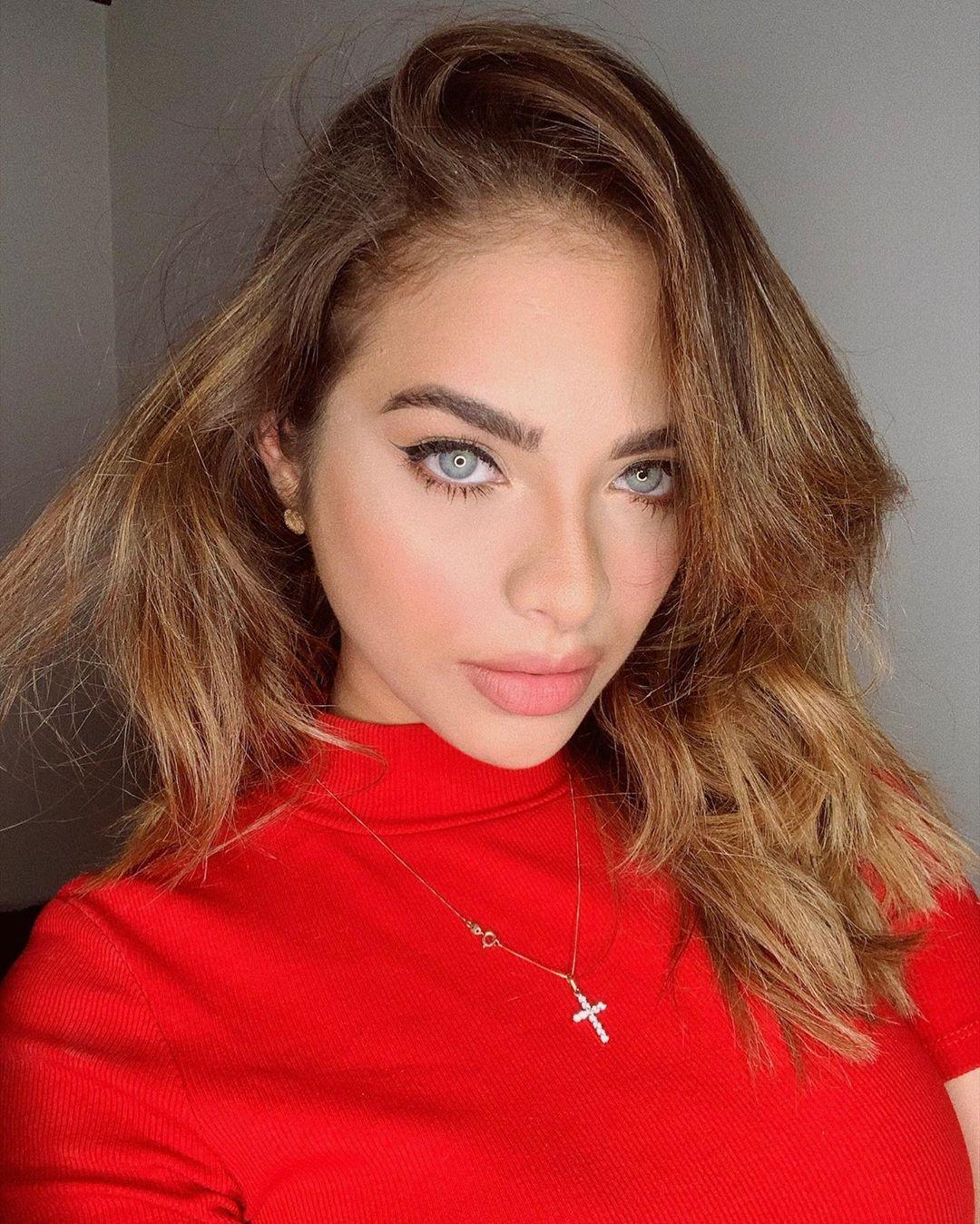 Daniela-Acuna-Macias-Wallpapers-Insta-Fit-Bio-4