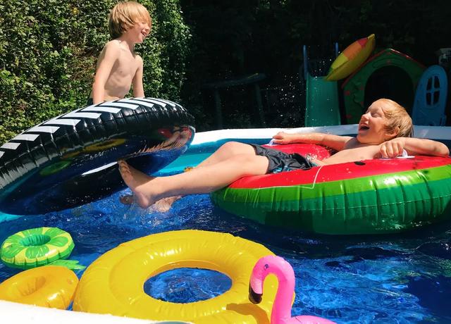 дети купаются в домашнем бассейне