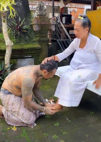Jerinx cium kaki ibunya saat ritual melukat.