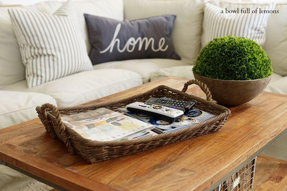 Nampan Untuk Majalah Remote di Atas Meja