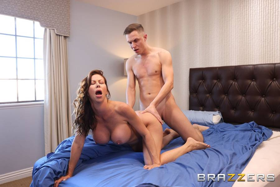 Alexis Fawx, Alex Mack – Cleaning The College Guy's Cock – Milfs Like It Big – Brazzers
