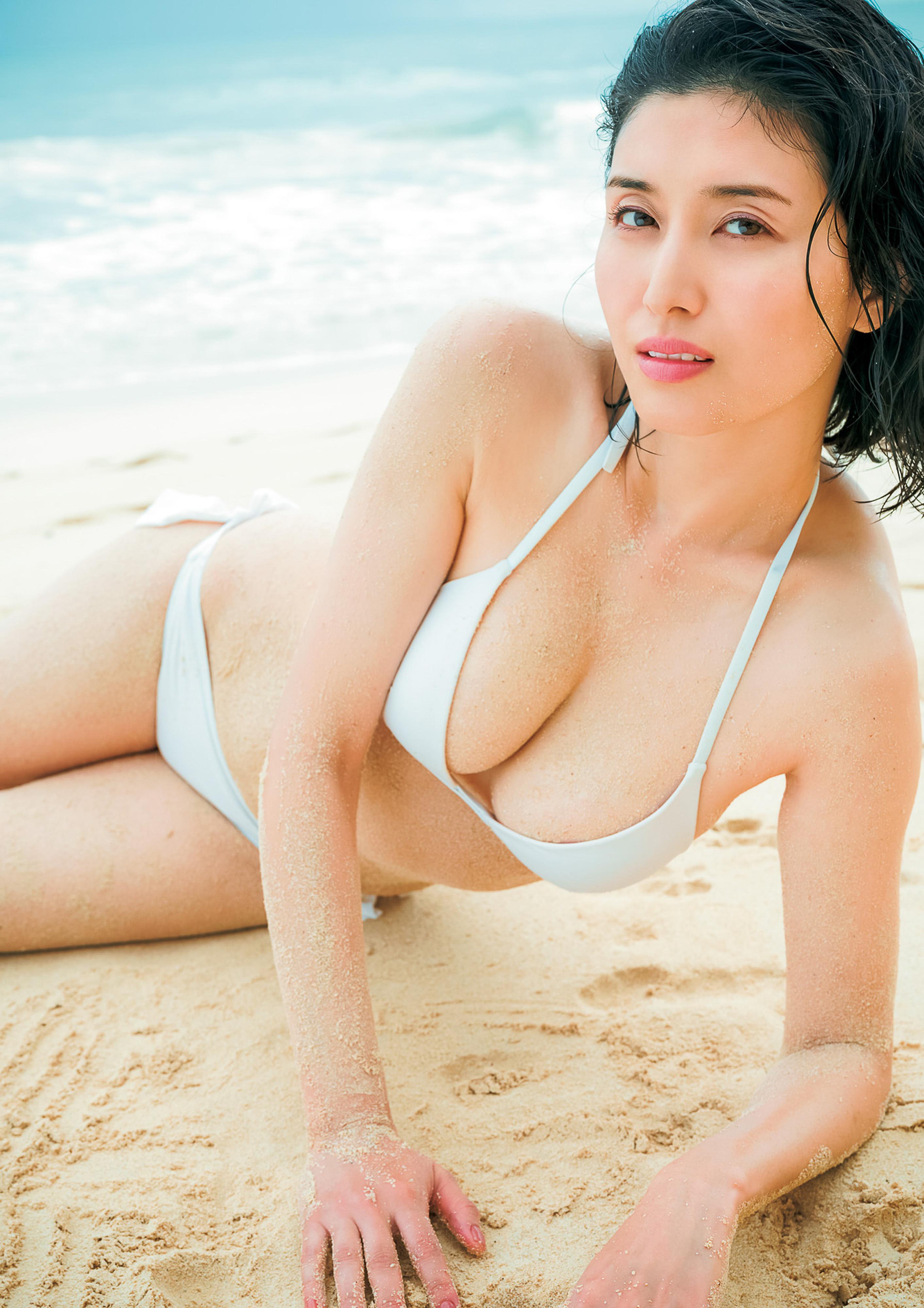 Hashimoto-Manami-db-hugging-in-Hawaii-076